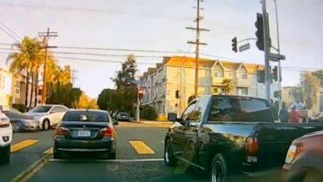 strongUn Honda HRV que fue chocado por otro vehículo, saltó la acera y aterrizó en la banqueta, lo que ocasionó la muerte de un niño en una carriola e hirió a un peatón cercano, en el área de North Hills, de Los Ángeles, California, el 17 de octubre. (Los Ángeles Departamento de Policía/Zenger)/strong