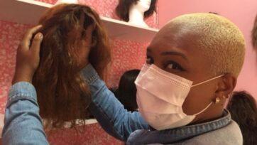 Cátia da Motta tuvo cancer, y la enfermedad la hizo pasar por largas sesiones de quimioterapia e incluso una mastectomía. La pérdida de cabello pudo haber golpeado su autoestima, algo que la donación de pelucas busca aliviar. (Luciano Nagel/ Zenger)