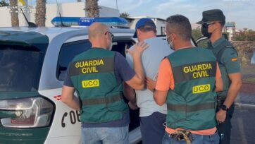 Gary Vickery (center, gray T-shirt) was nabbed by the Spanish Civil Guard on the island of Lanzarotein. (Guardia Civil/Zenger)